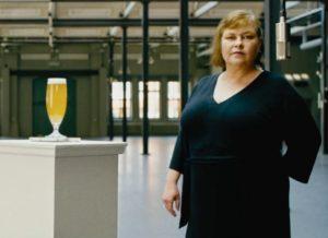 Svenska kvinnor dricker öl
